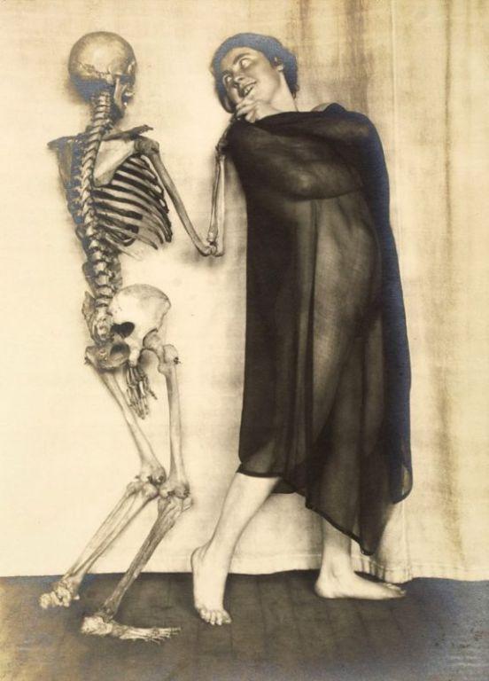 Дама со скелетом: сюрреалистический фотосет Франца Фидлера начала 1920-х годов Искусство