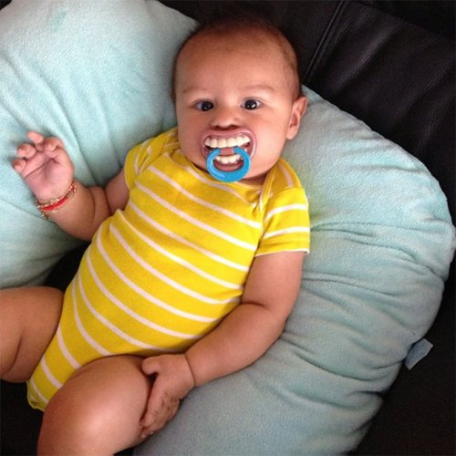 Смешные пустышки для младенцев набирают популярность в Instagram funnypacifier